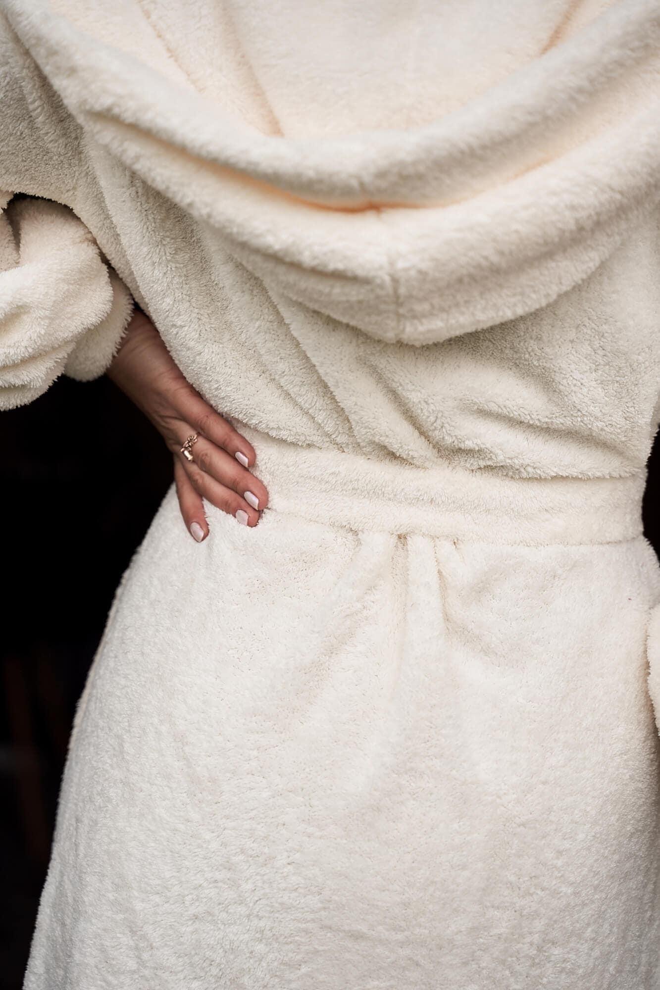 Długi ciepły sweter ślubny z kapturem -ecru