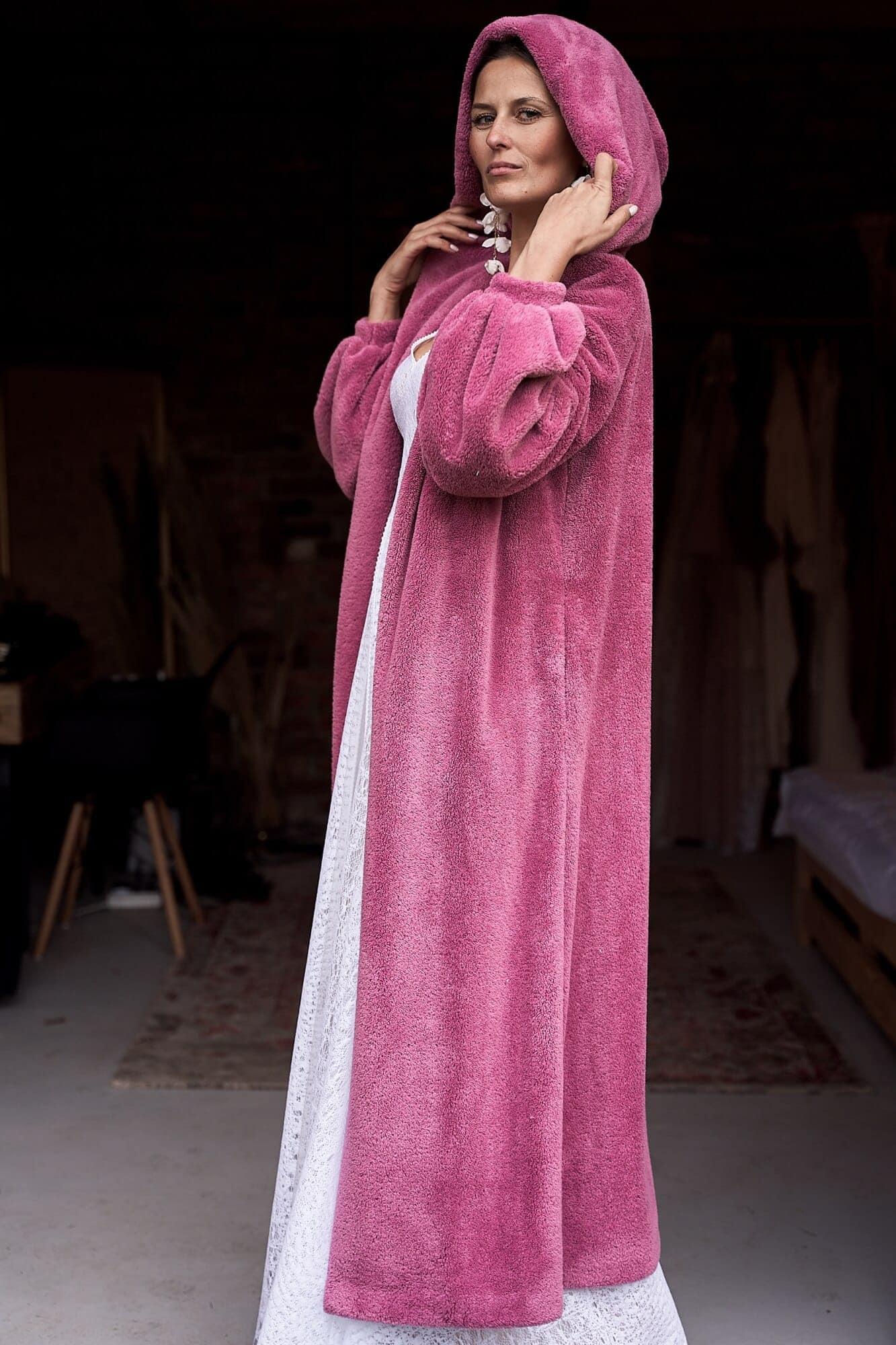 Długi sweter ślubny z kapturem - różowy - futerko ślubne