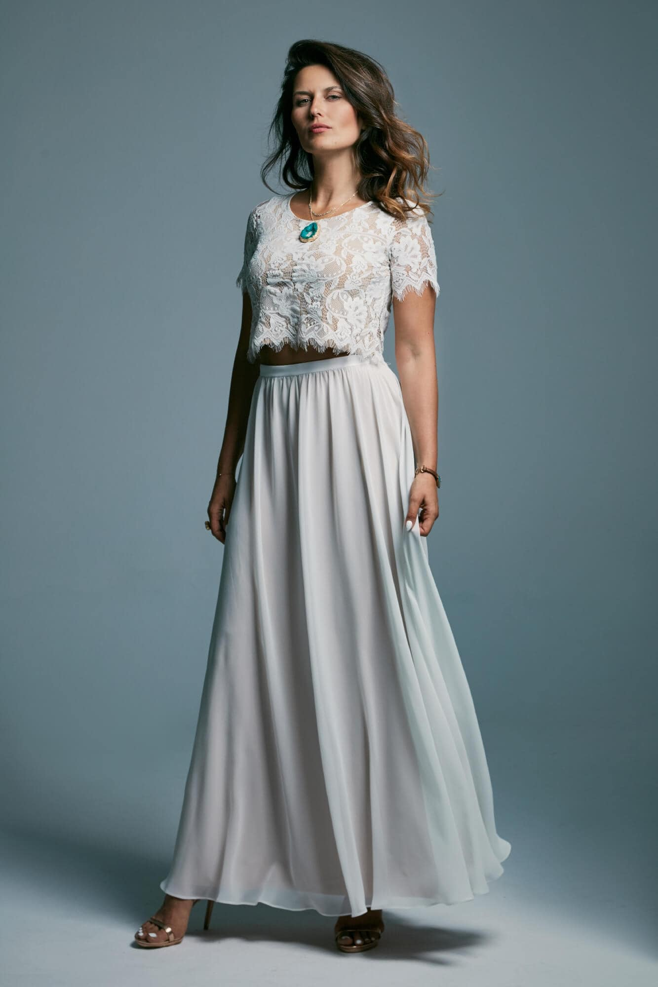 Delikatna sukienka ślubna z lekką gładką spódnicą i koronkowym topem Porto 23