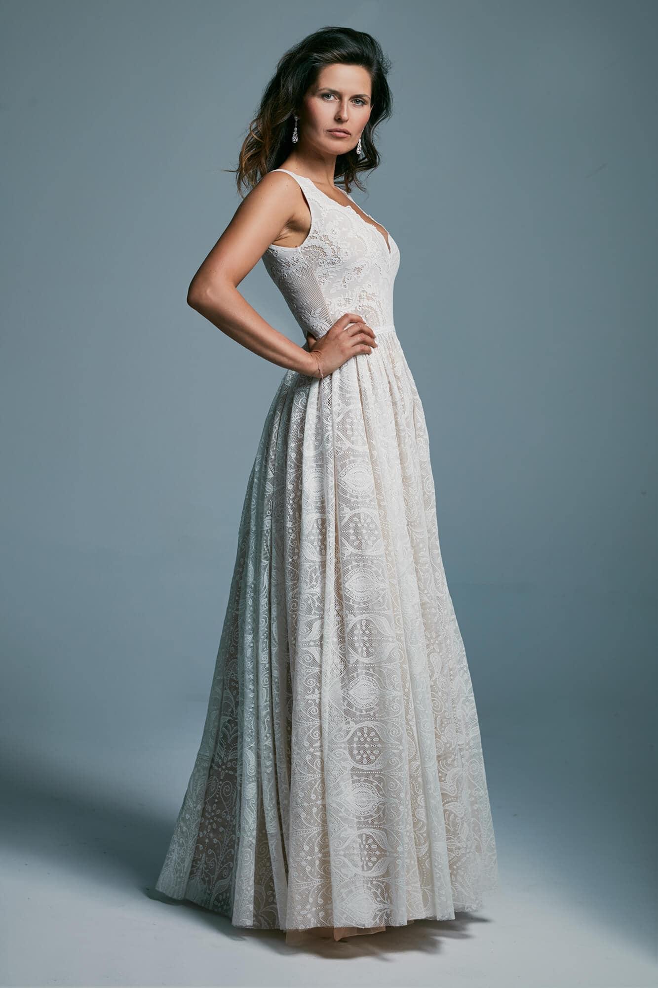 Piękna, klasyczna suknia ślubna z szerokimi ramiączkami Porto 32
