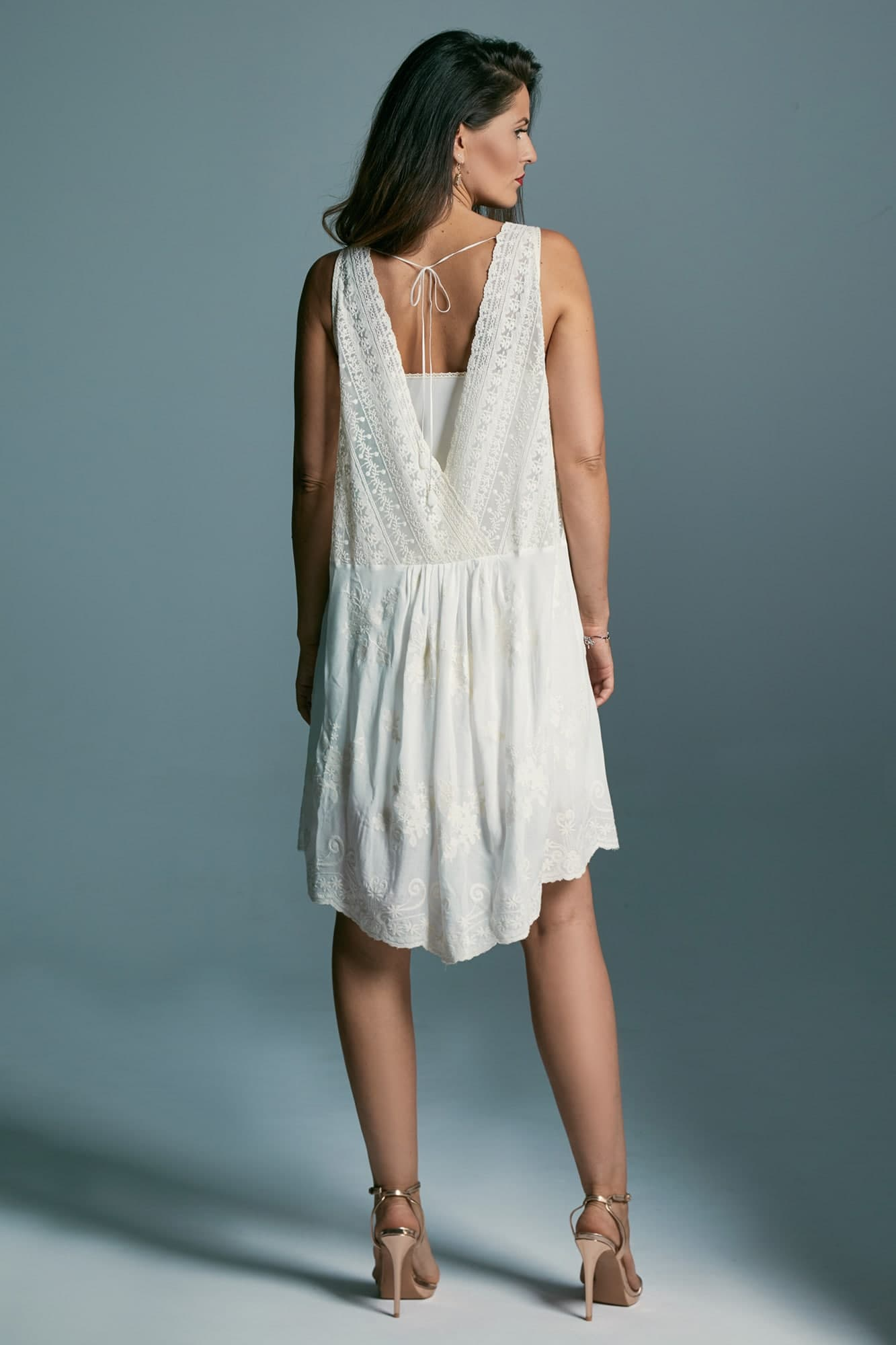Krótka sukienka na poprawiny eksponująca nogi Barcelona 3
