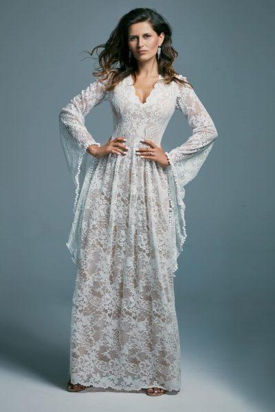Koronkowa suknia ślubna w stylu boho z rękawami jak u wróżki Porto 17