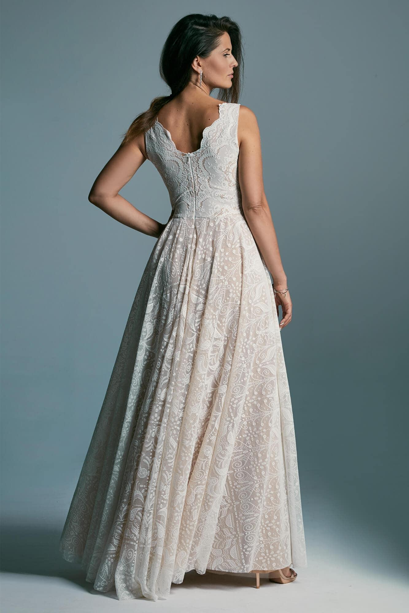 Elegant, classic wedding dress ideal for any figure. Porto 52