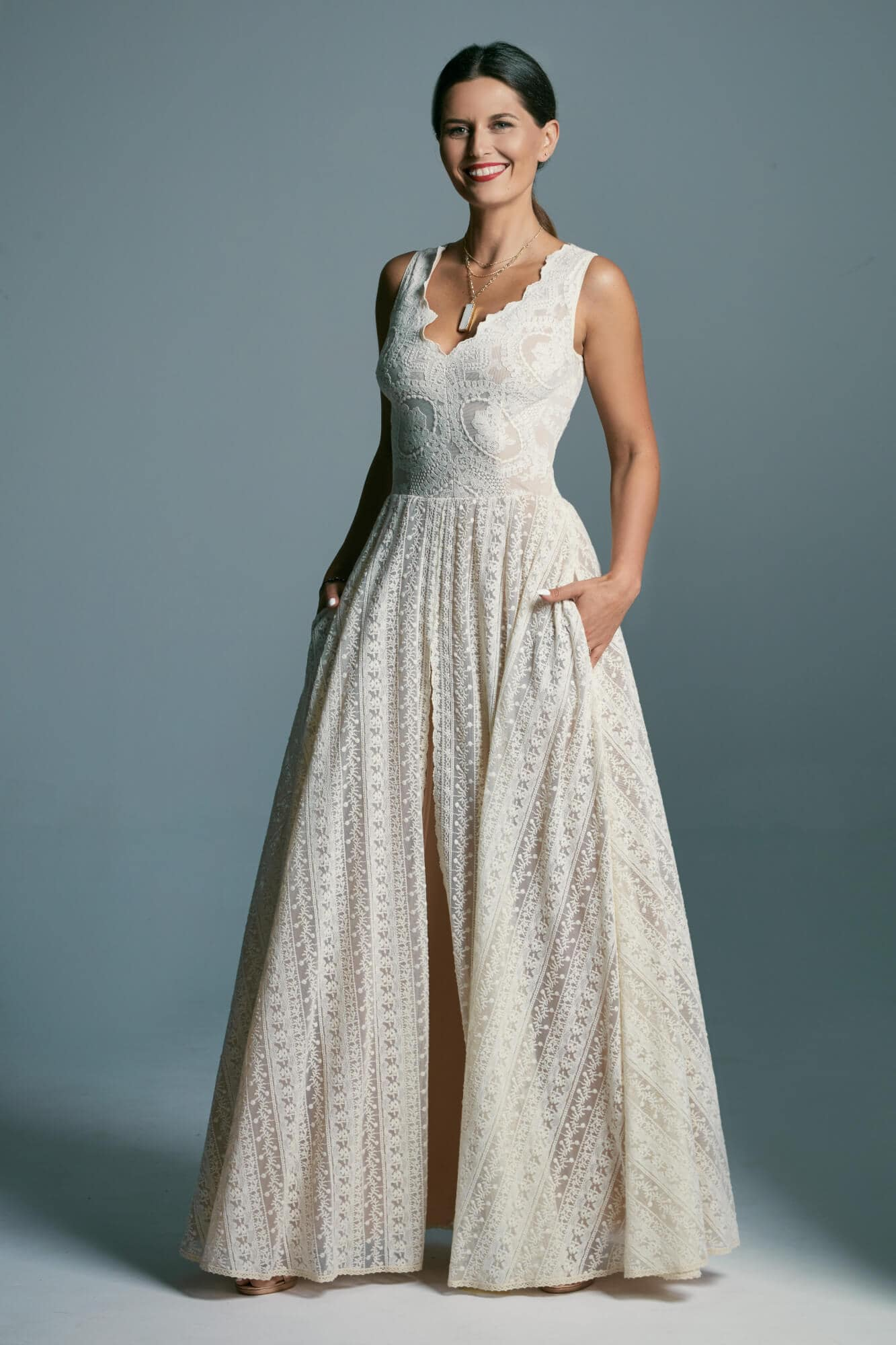 Hourglass-shaped wedding dress with wide straps Barcelona 13