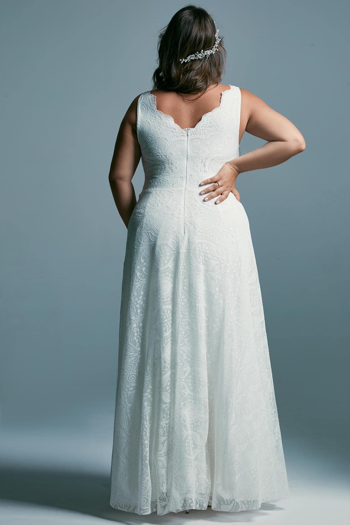 Suknia ślubna plus size - klaysczna princessa z miękkiej koronki Porto 41 plus size