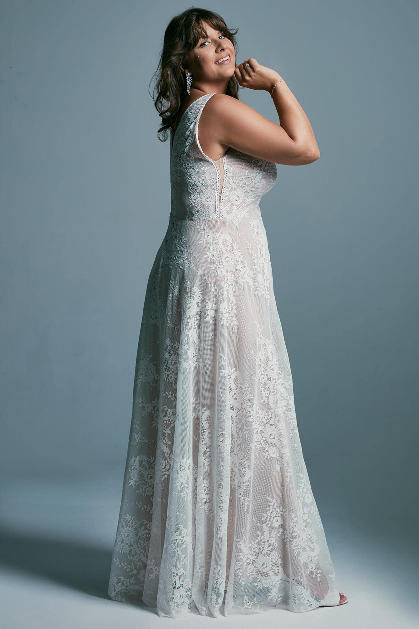 Suknia ślubna plus size z odważnym dekoltem eksponująca biust i plecy Porto 48 plus size