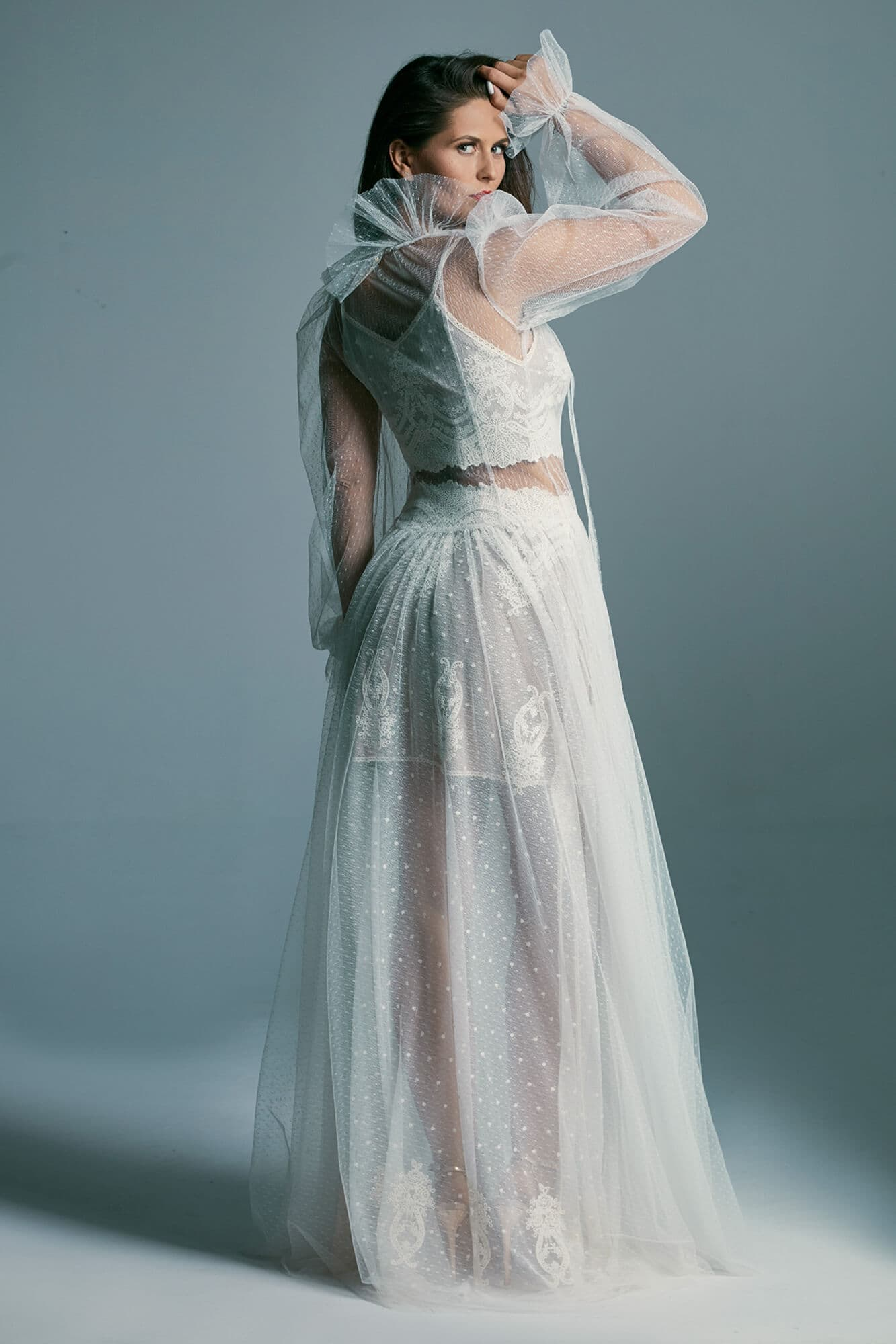 Piękna suknia ślubna w stylu retro okryta delikatnym tiulem Barcelona 20