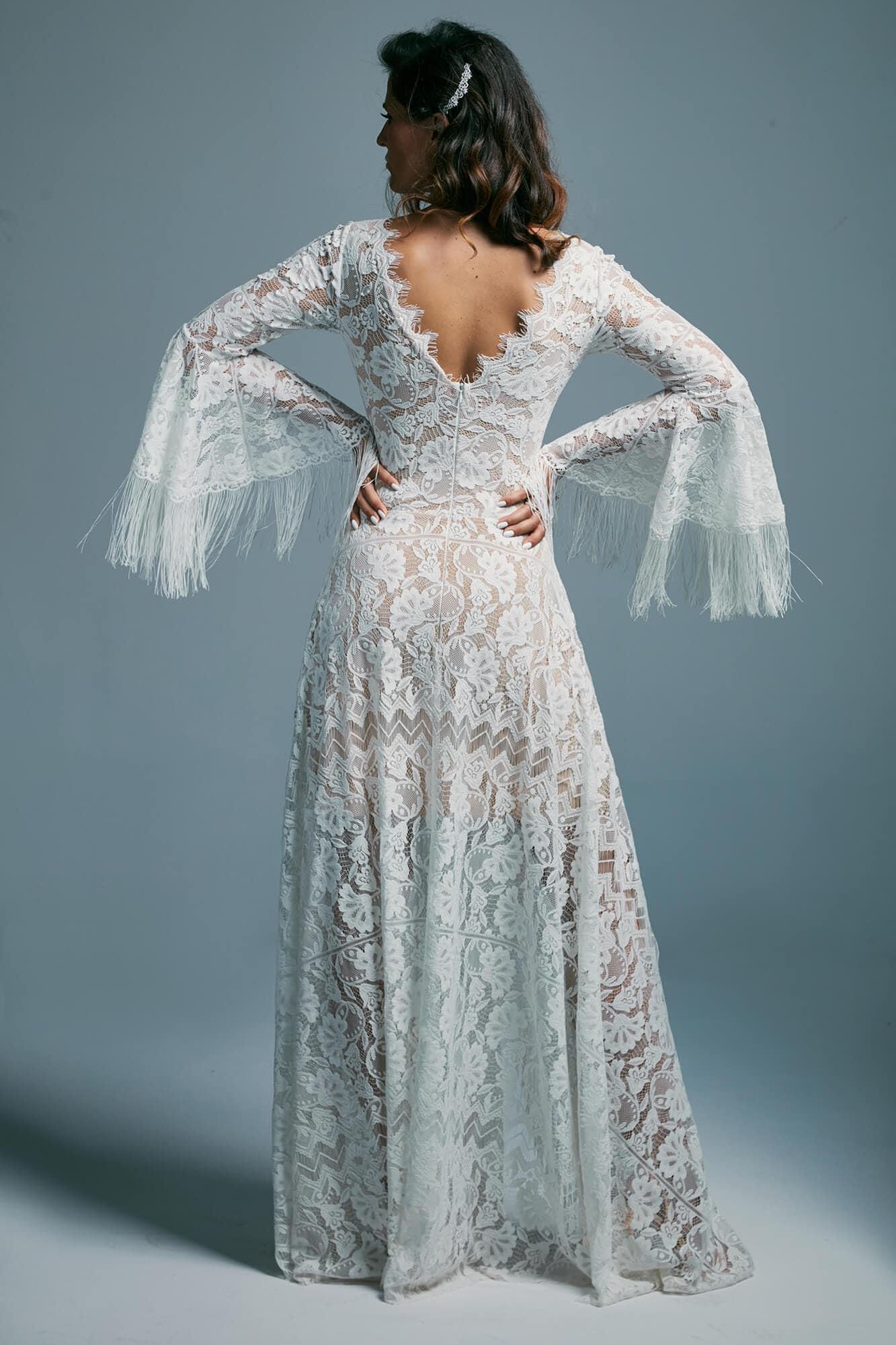 Zwiewna suknia ślubna z dekoltem V i zdobionymi rękawami Porto 44