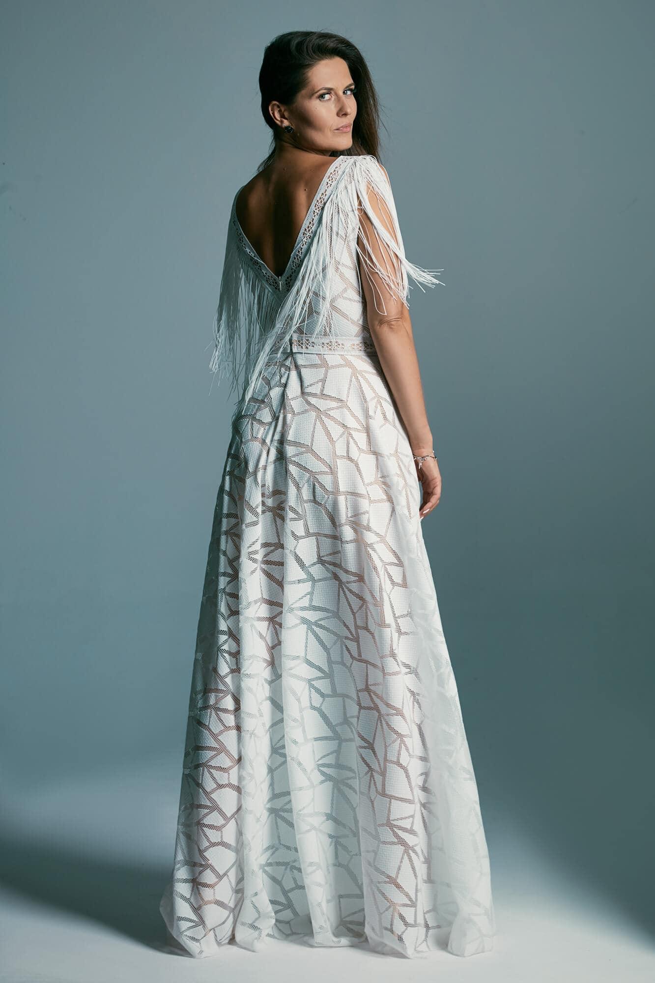 Suknia ślubna z odważnym rozcięciem z koronki o geometrycznym wzorze Santorini 3