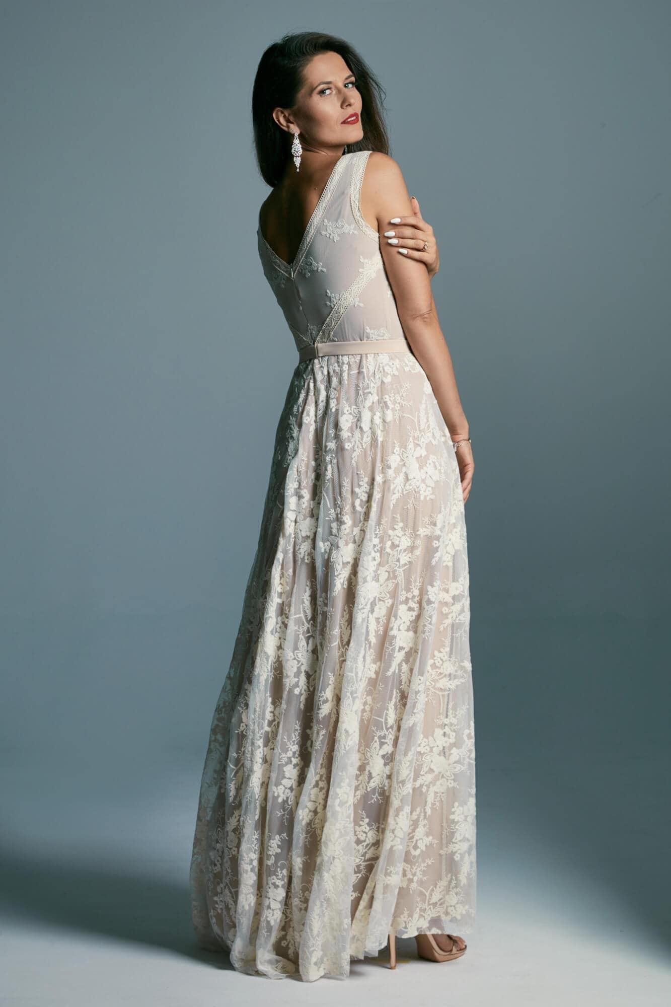 Klasyczna w formie suknia ślubna, z pięknej koronki na cielistej podszewce Barcelona 19