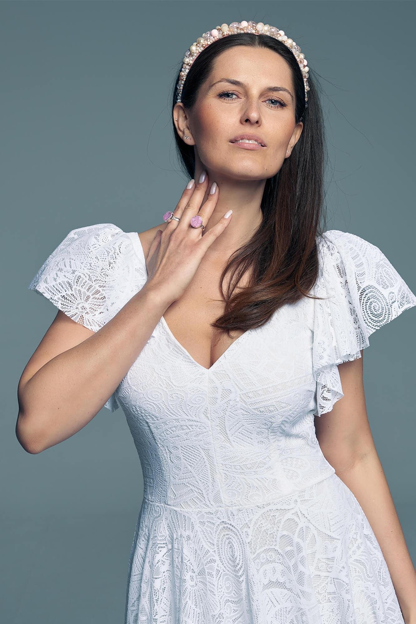 Zwolenniczka klasycznej sukni ślubnej, ale przeciwniczka nudy? Biała koronka i oryginalne rękawki to połączenie, w którym możesz się zakochać!