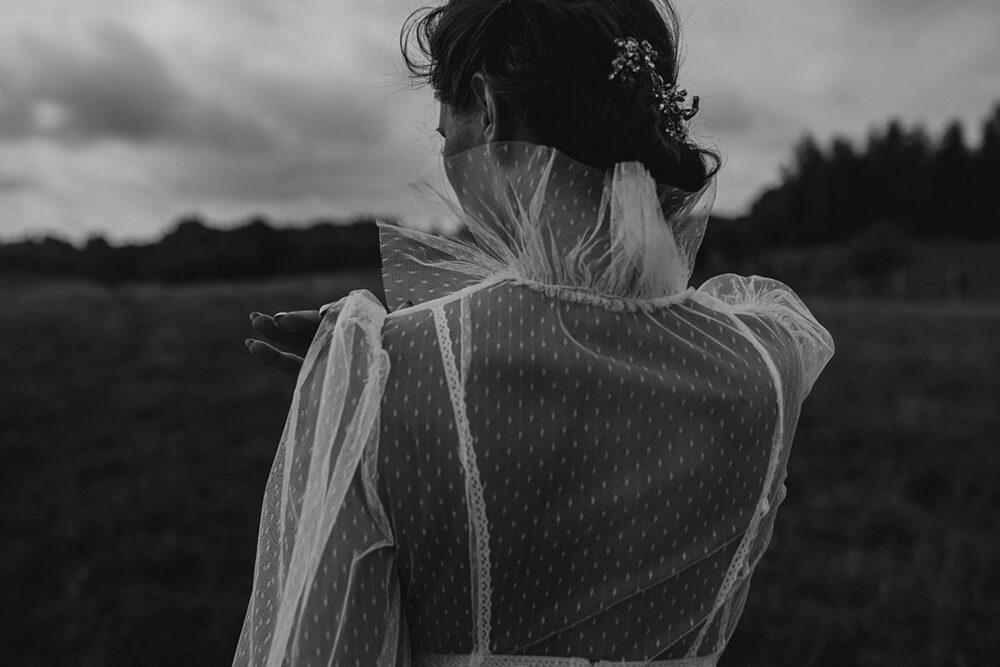 panna mloda w transparentnej sukni ślubnej ze stójką