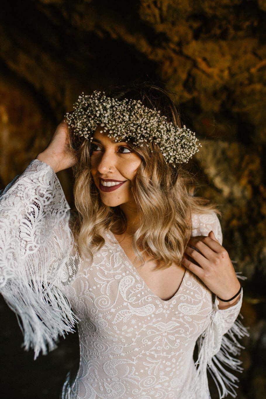 Panna młoda z wiankiem na głowie w sukni ślubnej