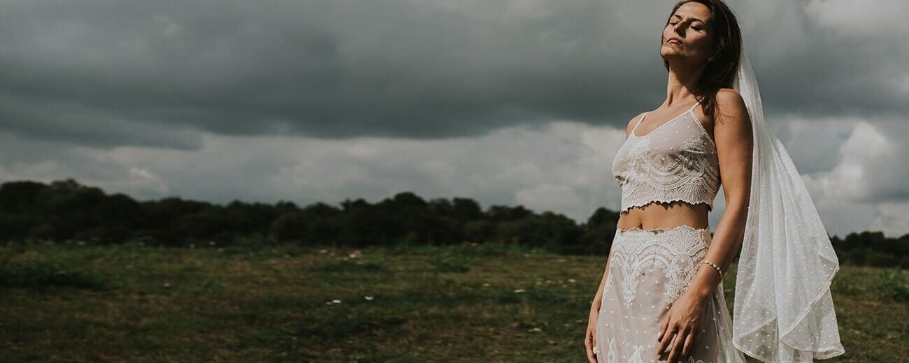Panna młoda w sukni ślubnej z welonem