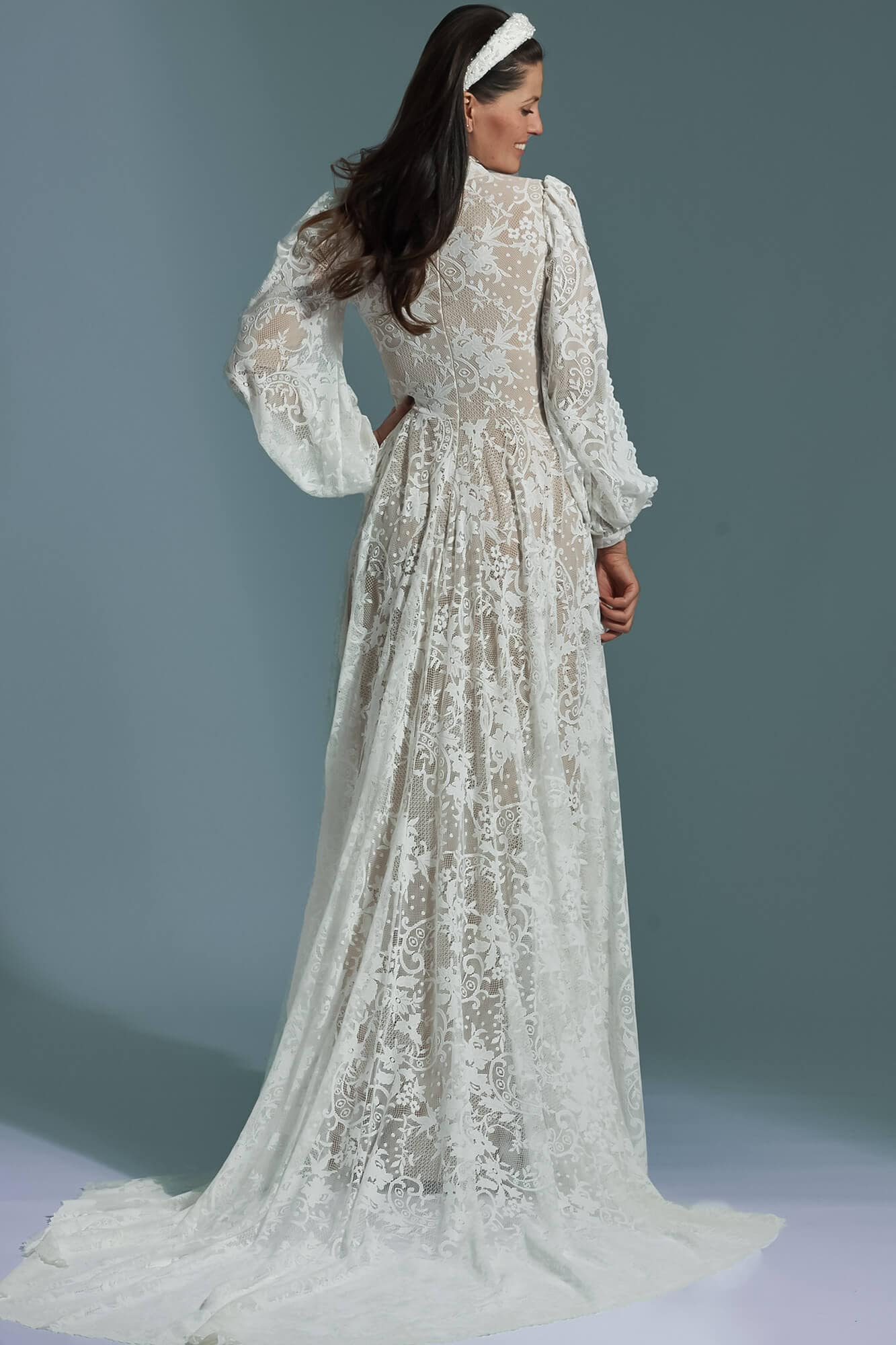 Zabudowana suknia ślubna z trenem i bufiastymi rękawami Porto 60